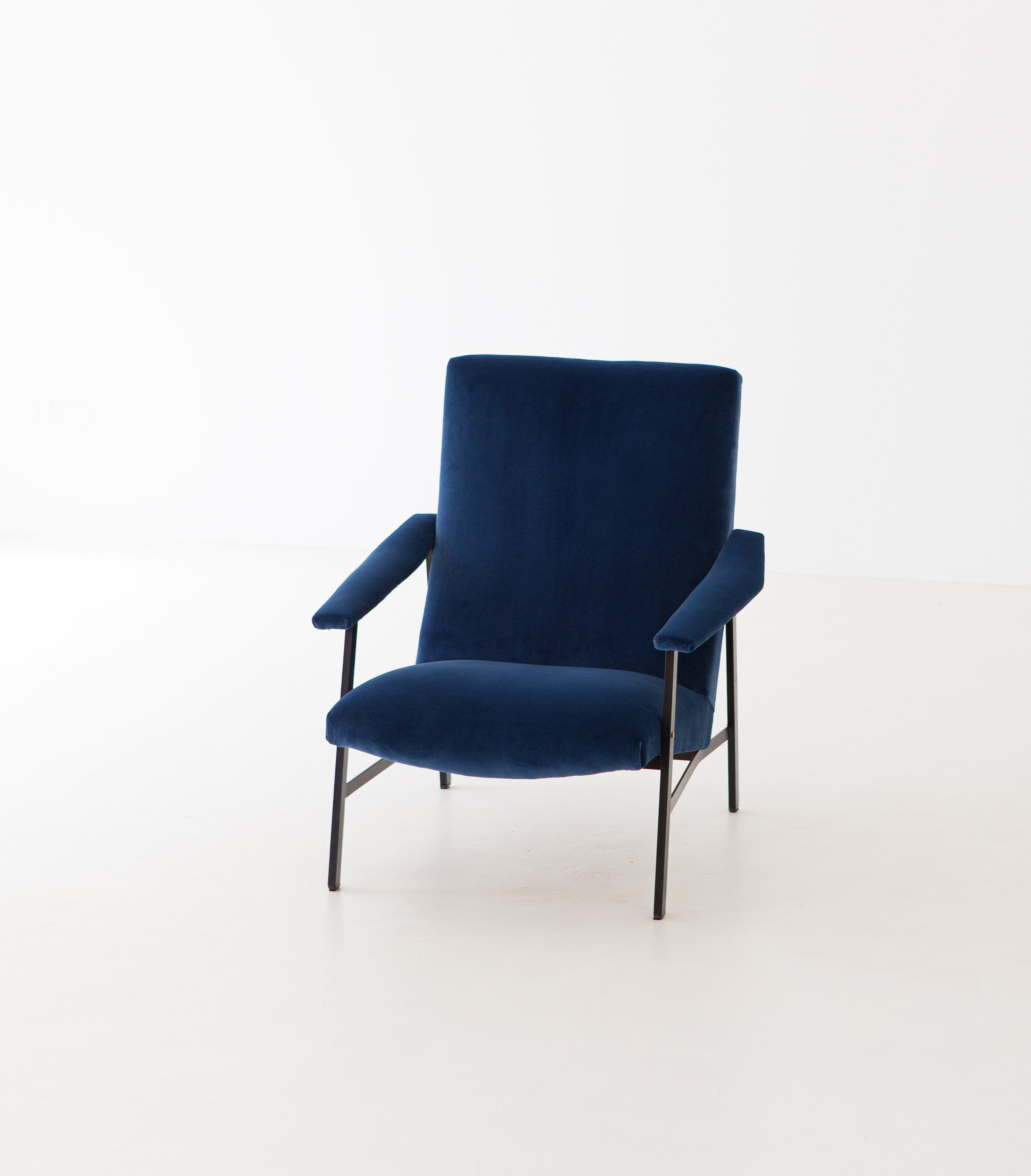 1950s-Italian-blu-velvet-lounge-armchair-4-SE295