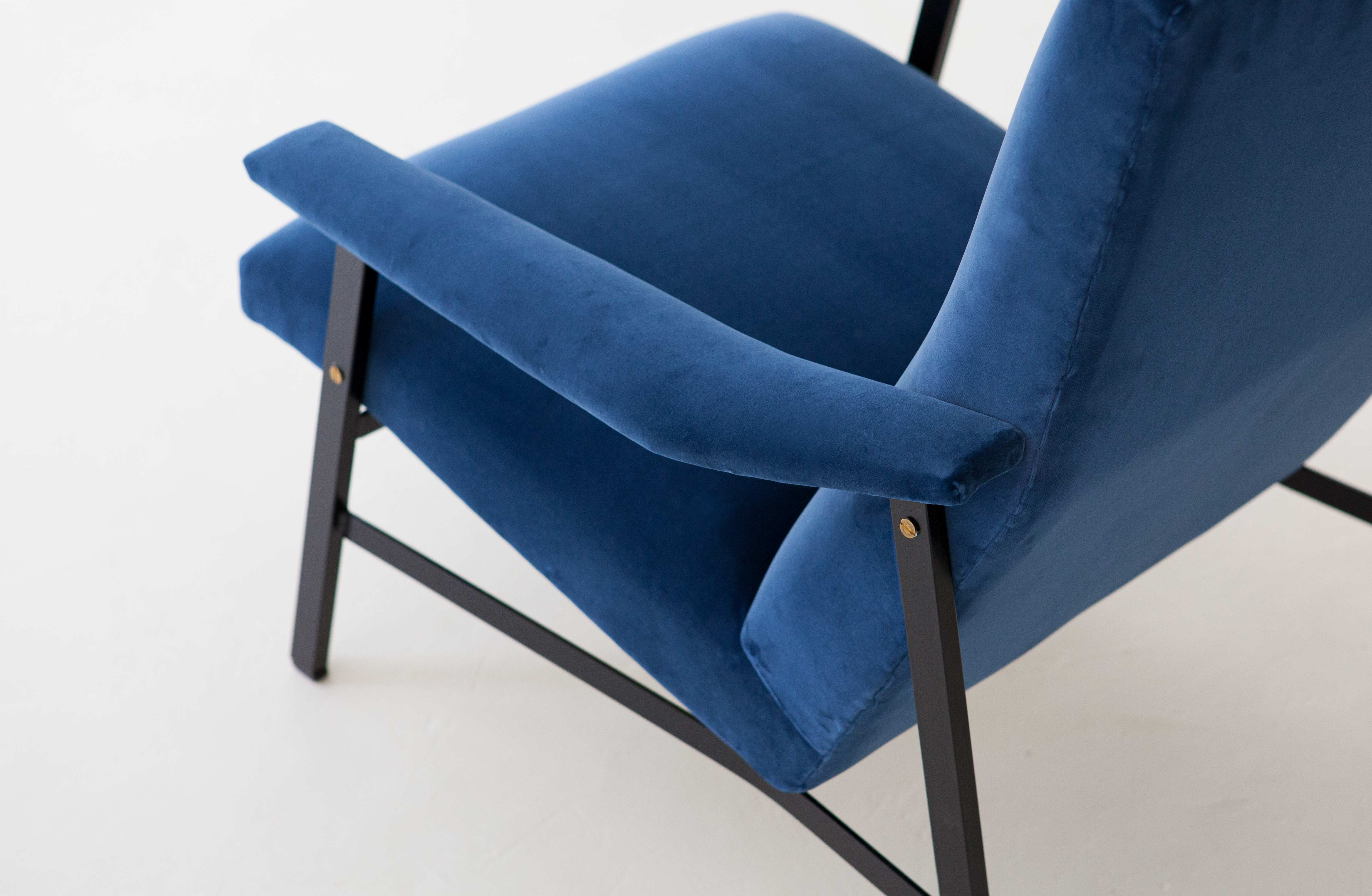 1950s-Italian-blu-velvet-lounge-armchair-7-SE295