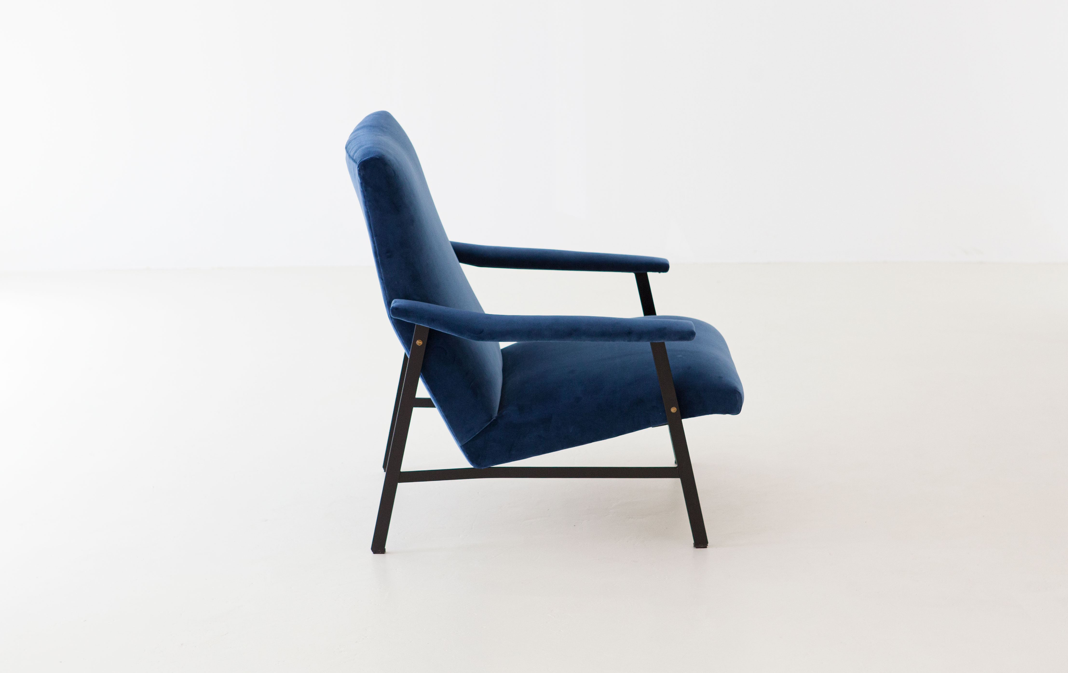 1950s-Italian-blu-velvet-lounge-armchair--SE295