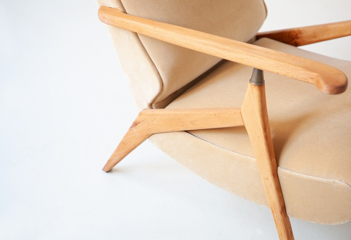 1950s beech and sand velvet reclirer lounge chair SE320 / not available