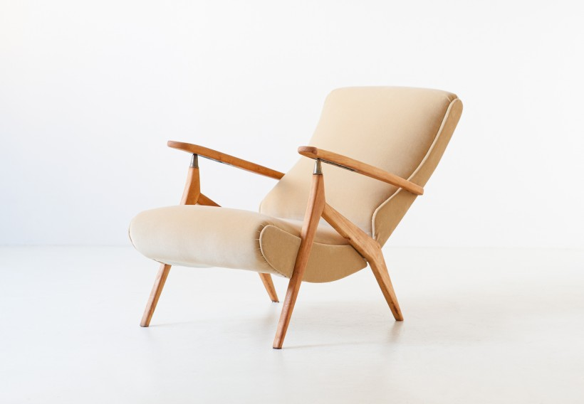 1950s beech and sand velvet reclirer lounge chair SE320