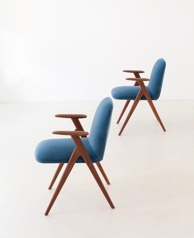 1950s Italian teak and blue velvet armchairs SE216