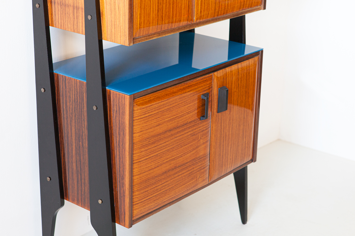 1950s-italian-rosewood-blue-glass-and-brass-credenza-4-st118