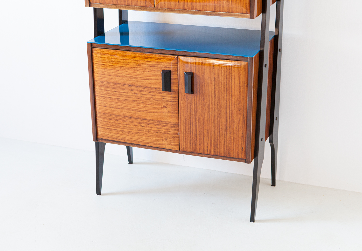 1950s-italian-rosewood-blue-glass-and-brass-credenza-5-st118