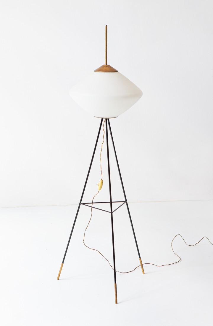 1950s italian tripod floor lamp in brass and opaline glass L103