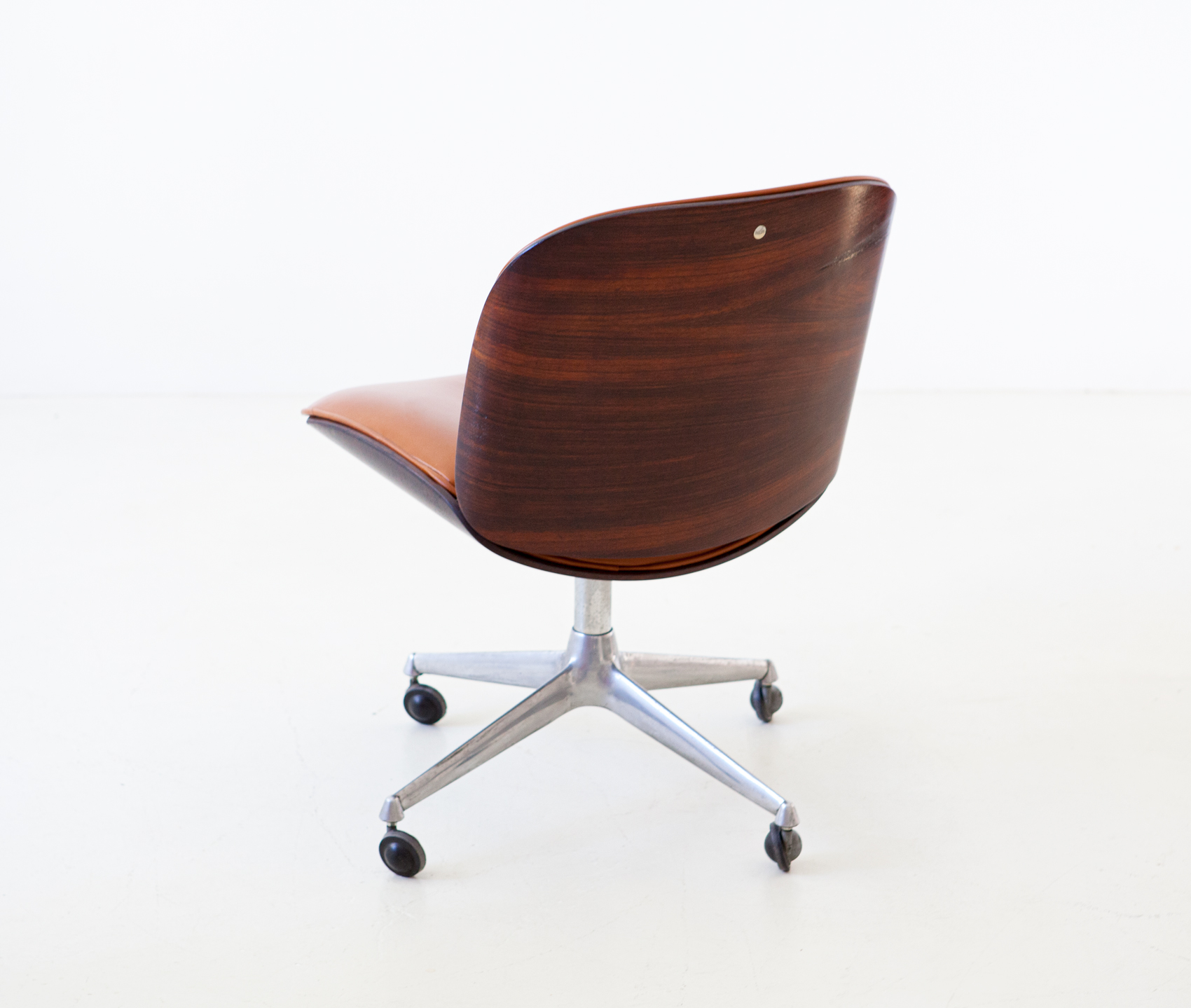 1950s-rosewood-and-cognac-leather-swivel-chair-by-ico-parisi-for-mim-1-se328a