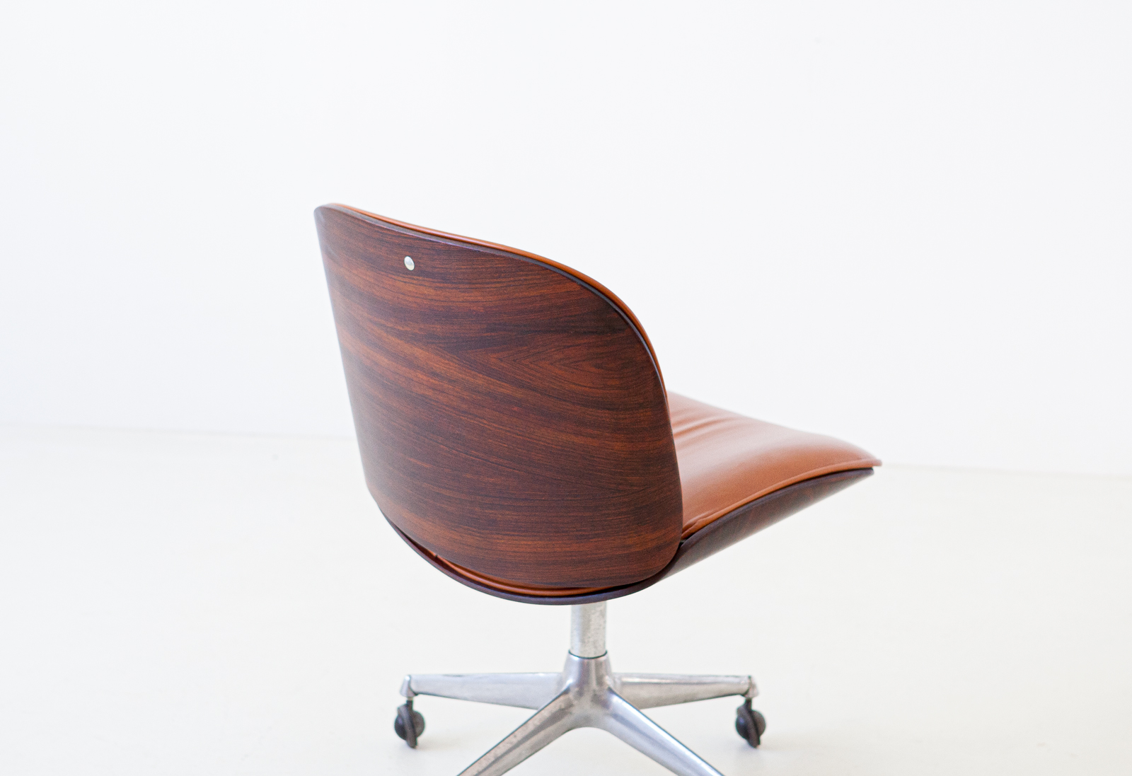 1950s-rosewood-and-cognac-leather-swivel-chair-by-ico-parisi-for-mim-8-se328a