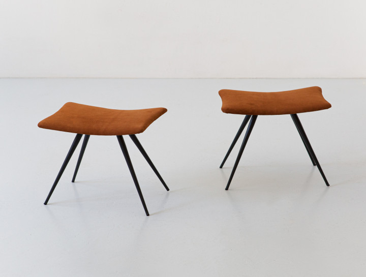 Pair of stools in cognac suede leather and black conical iron legs SE351