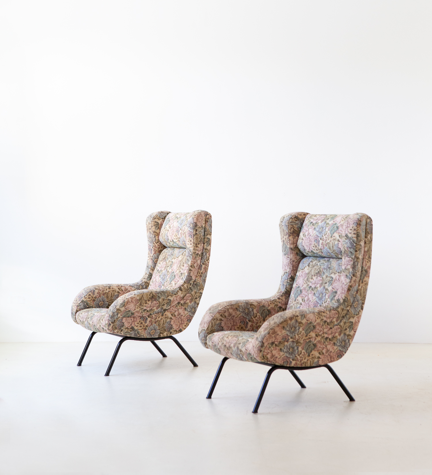 pair-of-italian-lounge-armchairs-with-ears-4-se326